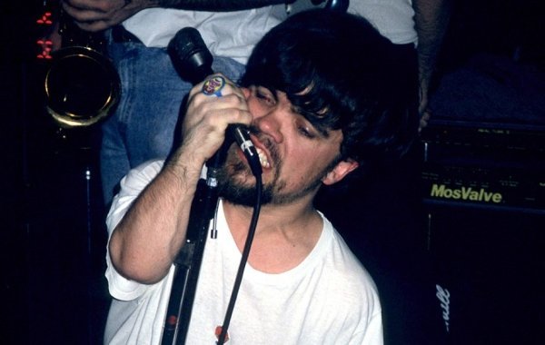 peter dinklage was the frontman of a punk rock group in the 90s 8 photos 2 - Rare Photos Of Peter Dinklage When He Was The Frontman Of A Punk Rock Group In The 90's